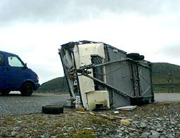 Ragnar Johansen priser seg lykkelig over at han ikke satt inne i campinvogna si da den ble tatt av vinden. – Det ville vært livsfarlig, mener han. (Foto: Frode Eriksen)