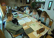 Tåtøy skole har vært truet med nedleggelse før, her fra en tidligere aksjon. (Foto: Lars Tore Endresen, NRK)