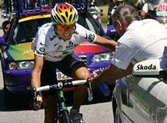 Alejandro Valverde fikk hjelp av doktoren på den 12. etappen. (Foto: AFP/Scanpix)