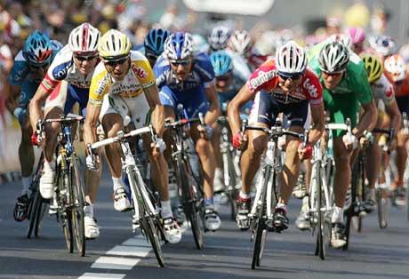 Robby McEwen vinner 13. etappe, mens Thor Hushovd (i grønt) spurter inn til 5. plass. (Foto: Reuters/Scanpix)
