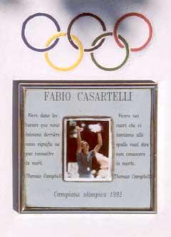 Det er satt opp en minneplate på stedet der Fabio Casartelli mistet livet. (Foto: NRK)