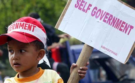 Denne indonesiske guttens ønske om selvstyre i Aceh-provinsen, kan være et hakk nærmere oppfyllelse. I morgen ventes et utkast til fredsavtale. (Foto: Reuters)