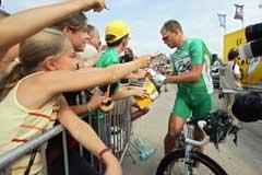 Thor Hushovd skrev autografer før starten på 14. etappe. (Foto: AP/Scanpix)