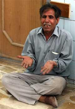 En mann sørger over en slektning drept i en selvmordsaksjon i Bagdad i dag (Foto: Scanpix/Reuters/N. Noor-Eldeen)