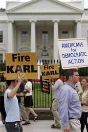 Mange har demonstrert for å få Karl Rove avsatt. (Foto: Scanpix/Reuters/S. Healey)