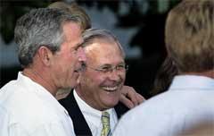 Bush holder fast ved Donald Rumsfeldt (Foto: Scanpix/AP/ P. Edmonds)
