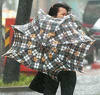 En taiwansk kvinne streber med paraplybruken. (Foto: AP/Scanpix)
