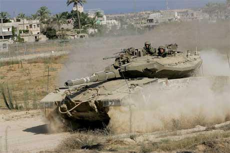 Israelske stridsvogner er klare til innsats på Gazastripa. (Foto: AP/Scanpix)