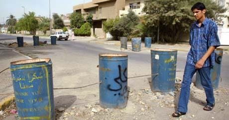 Barrikader i en boliggate i Bagdad skal hindre selvmordsbombere å kjøre inn. (Foto: C.Aziz, Reuters)