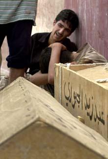 Iraker sørger ved kistene til noen av de drepte i selvmordsaksjonen i Musayyib lørdag. (Foto: A.Al-marjani, AP)