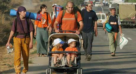 De som støtter opprettholdelsen av de jødiske bosettingene på Gazastripen, har kledt seg i oransje, og de har langt fra oppgitt kampen (Scanpix/AP)