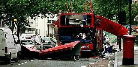 Al Qaida varsler om flere London-lignende terroraksjoner. Bildet viser bussen som var et av målene til terrorangrepet mot London 7. Juli. (Foto: AP/Scanpix)