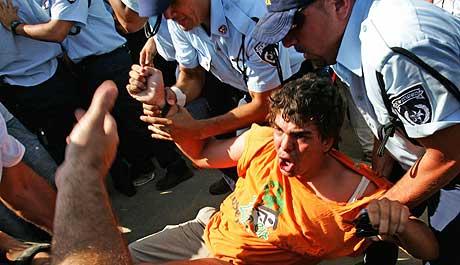 Israelsk politi arresterer en høyreradikal demonstrant i Kfar Maimon 19. juli. (Foto: Reuters/Scanpix)