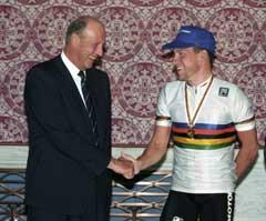 Lance Armstrong ble gratulert av Kong Harald etter VM-gullet i 1993. (FOTO: Lise Åserud / SCANPIX)