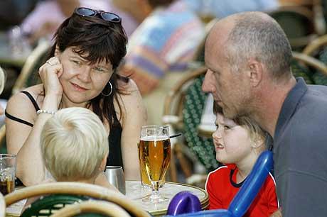 Eva Sigurdardottir og John Jensen fra Danmark mener det er stor forskjell på hva de to kan drikke med barna nærheten, uten at det gjør noe. (Foto: Heiko Junge / Scanpix)