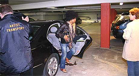 Lauryn Hill forsøkte så godt hun kunne å unngå pressens oppmerksomhet da hun kom til Molde onsdag ettermiddag. Bildet er tatt i en garasje på Alexandra Hotel. Foto: Kjell Herskedal / Scanpix