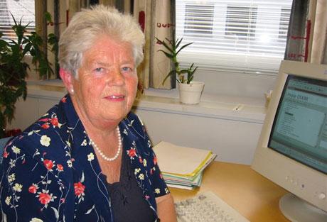 Anne-Lise Brøderud ved sosialkontoret i Kongsvinger kommune trives godt i jobben sin og vil ikke pensjonere seg med det første. Foto Ann Kristin Mo, NRK.