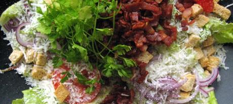 brødkrutongene gjør salaten crispy