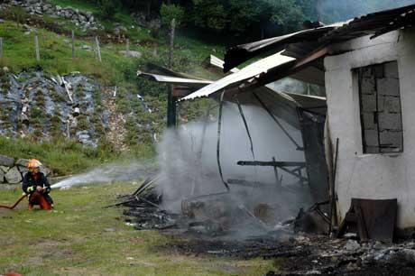 Brannmannskap fekk beskjed om stanse slukkinga då det vart klart at det var lagra dynamitt i låven. Foto: Dorthea Margrethe Møgster / Marsteinen.