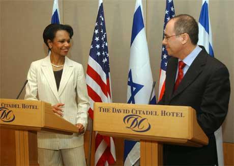 Condoleeza Rice holdt en felles pressekonferanse med sin israelske kollega Silvan Shalom i går kveld. (Foto: AP/Scanpix)