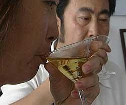 Vinen kvalitetssjekkes for å unngå at det blir for mye fiskesmak. (Foto: RTV)