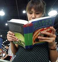 En kinesisk jente leser i en ekte Harry Potter bok. (Foto: AFP/Scanpix)