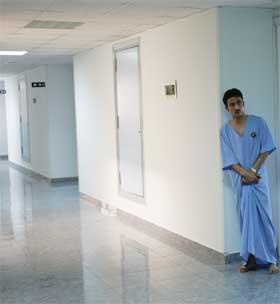 EGYPT: Ved sykehusene i Sharm el-Sheik ligger de fleste av de skadde etter bombenagrepene natt til lørdag. Tilstanden er kritisk for flere tiltalls personer. (Foto: AP Photo/Jerome Delay)