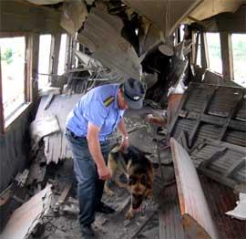 BOMBE: En person ble drept da en bombe eksploderte i dette toget i Dagestan i morges. (Foto: AP Photo/News Team, Dmitry Nikiforov)