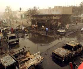 LASTEBILBOMBE: Mange titalls personer mistet livet da en lastebil fullastet med sprengstoff eksploderte i Bagdad. (Foto: AP Photo/Hadi Mizban)