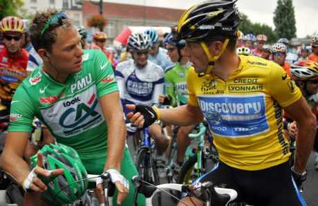 Thor Hushovd og Lance Armstrong foran starten på siste etappe (foto: AFP PHOTO JOEL SAGET)