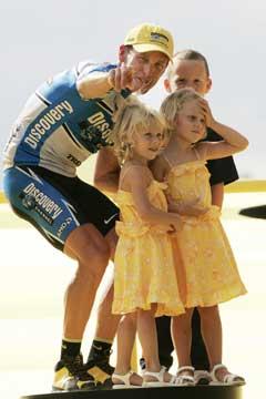 Lance Armstrong sto på podiet med med sine tre barn etter sin sjuende seier. (Foto: Heiko Junge / SCANPIX)