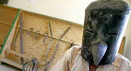 Bildet viser en såkalt torturmaske som Saddam Husseins eldste sønn, Uday, skal ha brukt til å torturere irakske idrettsutøvere som ikke presterte som forventet. (Foto: AFP/Scanpix)