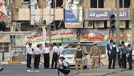 Politi og soldater vokter området utenfor hotellet som ble rammet av en selvmordsbomber i dag. (Foto: Reuters/Scanpix)