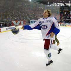 """Espen """"Shampo"""" Knutsen kastet hjelmen til Vålerenga-klanen etter sin gjesteopptreden for VIF i 2003. Nå legger han den bort for godt. (Foto: Cornelius Poppe / SCANPIX)"""