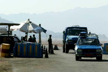Det er tett mellom kontrollpostane i utkanten av Sharm el-Sheikh. (Foto: AP/Scanpix)