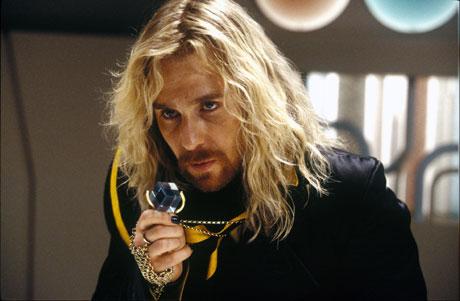 Sam Rockwell som Zaphod Beeblebrox. Foto: Filmweb