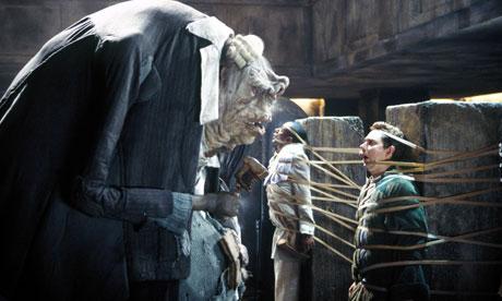 Arthur Dent (Martin Freeman) i møte med en fremmed livsform. Foto: Filmweb