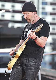 The Edge bidro med sine sedvanlige riff. Foto: Scanpix.