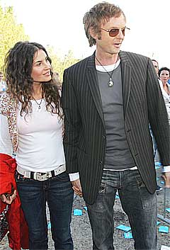 Bono åpnet Beautiful Day med linjene the sun always shines on TV, en liten gest til a-ha og Paal Waaktaar Savoy, her sammen med kona Lauren på vei til konserten. Foto: Scanpix.