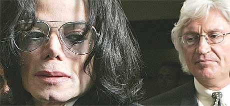 Michael Jackson anno 2005 er ikke like pop som før. I bakgrunnen forsvarer Mesereau Jr. Foto: Scanpix.