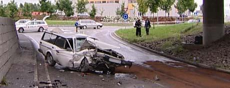Føreren hadde stor hastighet og kjørte rett over ei rundkjøring før han havnet i betongveggen, forteller politiet. Foto: Frode Meskau, NRK