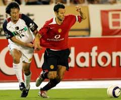 Ryan Giggs scoret for Manchester United. Her i kamp med Kashima Antlers Kenji Haneda. (Foto: AP/Scanpix)