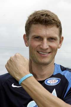 Tore André Flo kommer til å spille med blått armbånd på den friske venstrearmen. (Foto: Terje Bendiksby / SCANPIX)