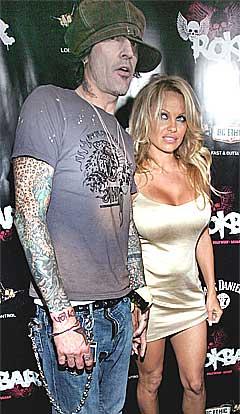 Tommy Lee skal visstnok ha funnet kjærligheten igjen med Pamela Andersen, her fra åpningen av en bar i Hollywood i sommer. Foto: Scanpix.