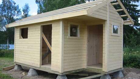 Hodet til mannen kom i klem da denne hytten skulle flyttes til et badeområde i Eidskog. Foto: Ann-Kristin Mo, NRK