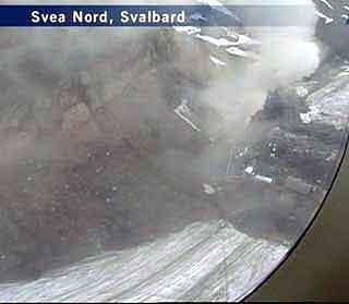 Røyken over Svea fotografert fra fly i går. Foto: NRK