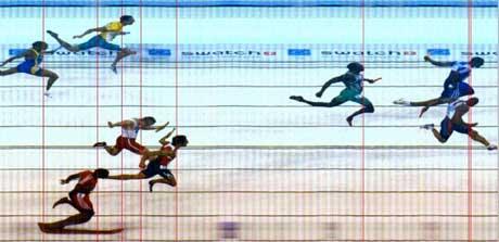 Storbritannias Mark Lewis-Francis slo USAs Maurice Greene på målfoto på 4x100 meter under OL i Athen. (Foto: AP/Scanpix)