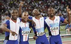Storbritannias Marlon Devonish, Jason Gardener, Mark Lewis-Francis og Darren Campbell jubler over OL-gullet i Athen. (Foto: AP/Scanpix)