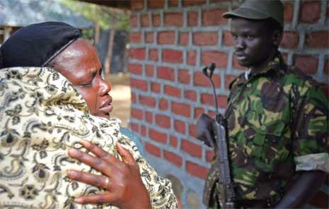 Slektninger gråter utenfor bygningen der John Garangs døde kropp ligger. (Foto: Reuters/Scanpix)