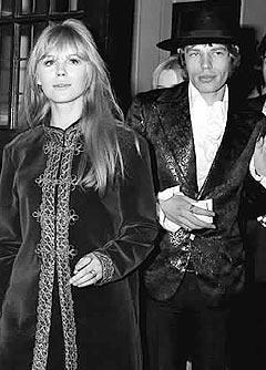 Mick Jagger og Marianne Faithfull i 1967, to år før han hevdet at politiet plantet narkotika hjemme hos ham under en razzia. Nå viser en politirapport hvordan Jagger omgikk det man kaller «samfunnets avskum». Foto: AP / SCANPIX.